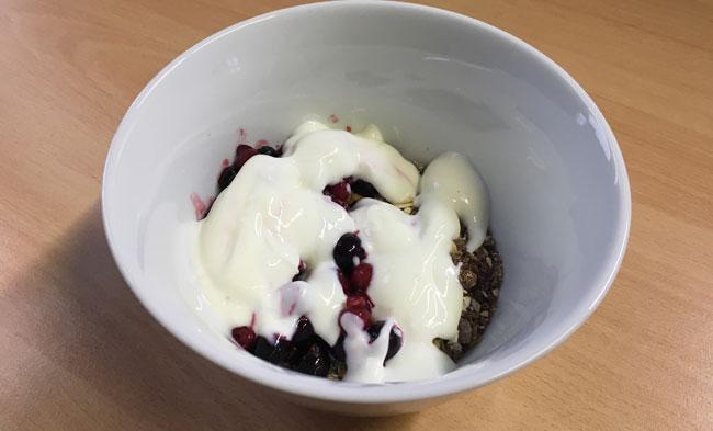 Frühstück Kölln Müsli mit Beeren und Nüssen