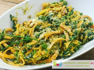 Mittagessen: Gemüsenudeln mit Spinat, Erbsen, Nüssen und Kräuter-Frischkäse