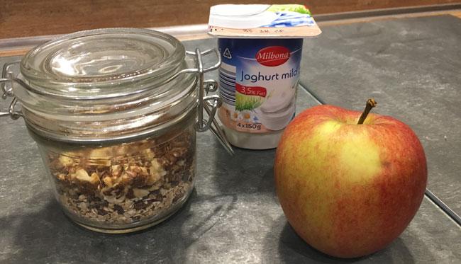 Tag 31: Frühstück - Kölln Müsli mit Nüssen und Apfel