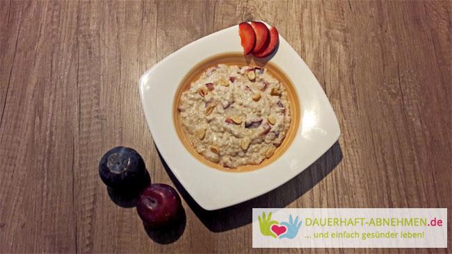 Porridge mit Amaranth und Pflaumen