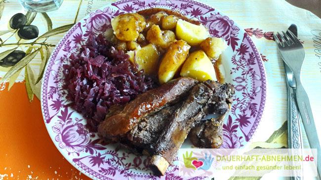 Rippenbraten mit Rotkohl und Kartoffeln