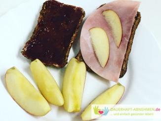 Eiweißbrötchen mit Kochschinken und Erdbeermarmelade