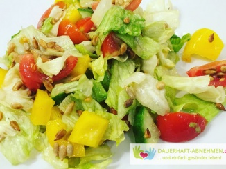 Gemischter Salat mit gerösteten Sonnenblumenkernen und Dressing