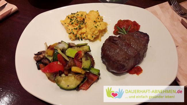 Hüftsteak mit Gemüsepfanne und Süßkartoffelstampf