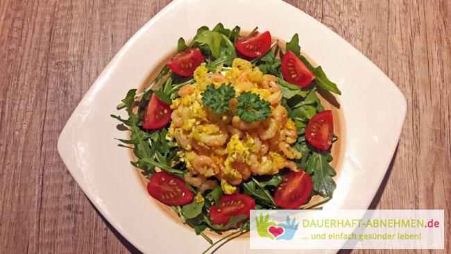Krabbenrührei auf Salat