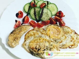 Spiegelei mit Hühnchen und Salat