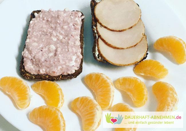 Eiweißbrötchen mit Aufschnitt und Frischkäse mit Marmelade