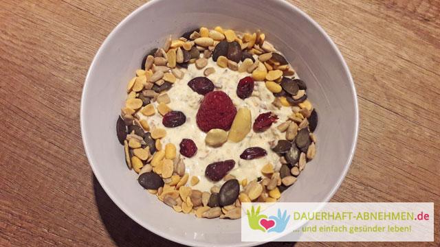 Joghurt mit Haferflocken und Kernen