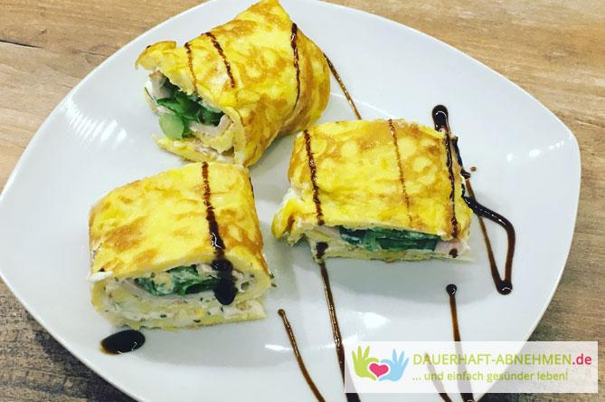 Gefüllte Omelette-Röllchen mit Hühnchenbrust-Aufschnitt und Feldsalat