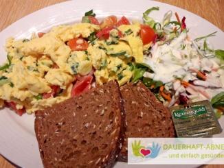 Gemüserührei mit Salat und Brot