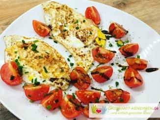 Spiegelei mit Tomaten und Schnittlauch