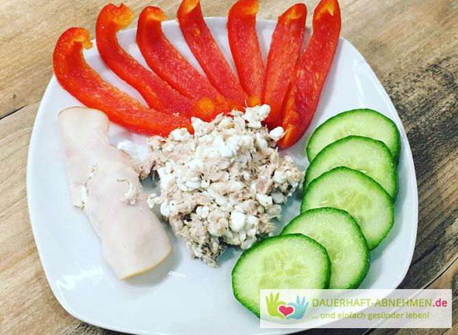 Dip Thunfisch und körniger Frischkäse zu Paprika und Gurken