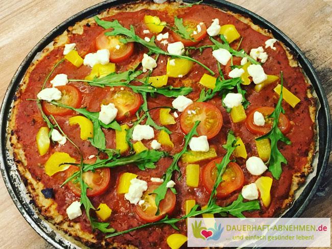 Thunfisch-Pizza mit Rucola, Tomaten udn Paprika