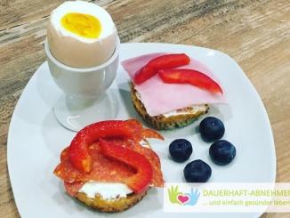 Belegtes Chia-Brötchen mit Ei