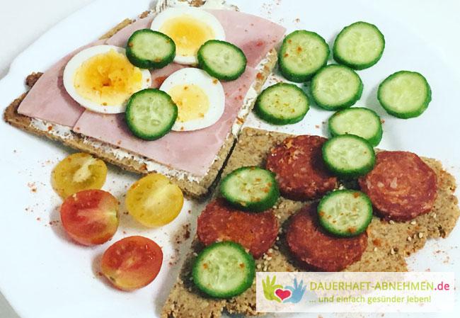 mandelknäckebrot mit Schinken, Salami und Ei