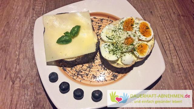 Mohnbrötchen mit Käse und Ei
