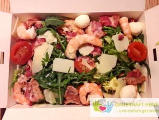 Salat mit Garnelen, Mozzarella und Bacon