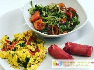 Chorizo-Rührei mit Schinken-Meerettich-Röllchen und Salat