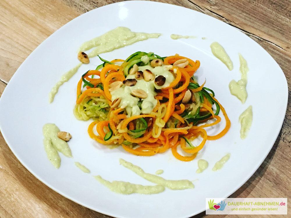 Gemüsespaghettis mit Erbsen-Joghurt-Soße und Erdnüssen