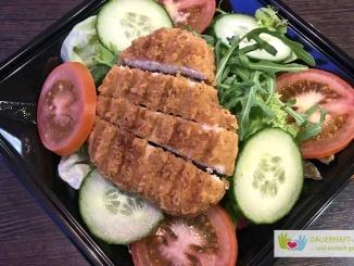 Salat mit panierter Hähnchenbrust