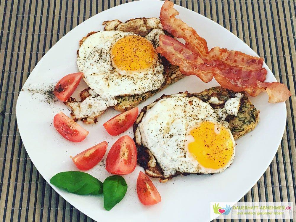 Körnerbrot mit Spiegelei, Tomate und Bacon