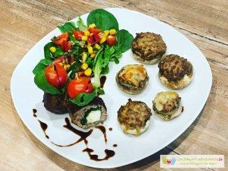 Gefüllte Champignons mit Salat und Hackbällchen und Tomate