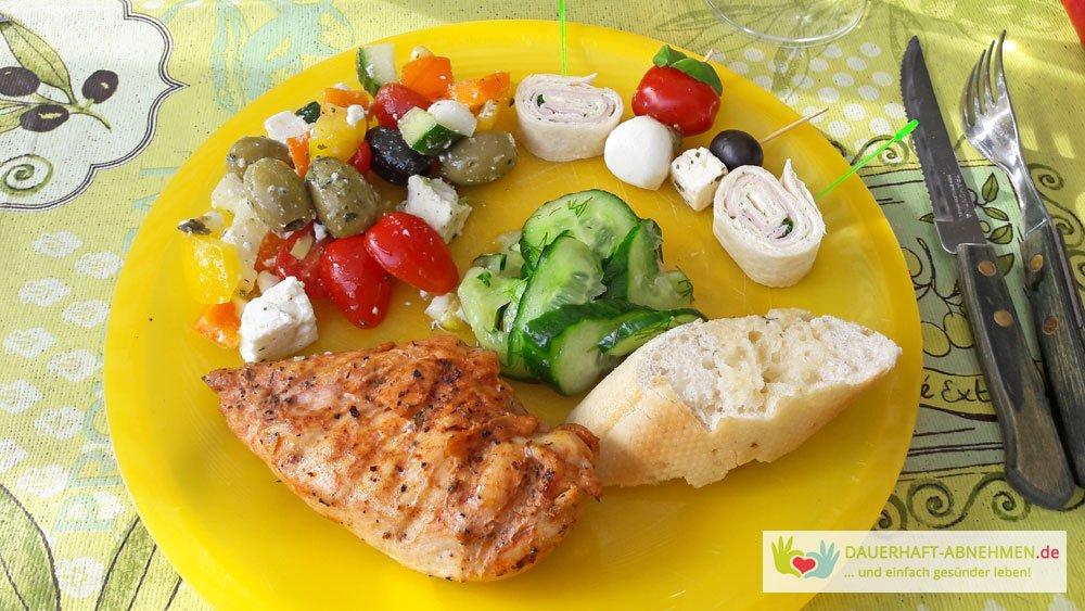 Salat, Häppchen und Grillfleisch