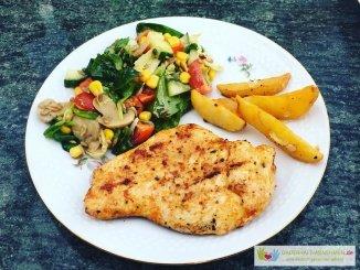 Gegrilltes Hühnchen mit Salat und Kartoffelecken