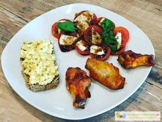 Körnerbrot mit Eiersalat, Chicken Wings und Tomate mit Mozzarella
