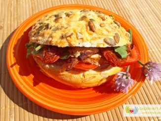 Kürbiskern-Käse-Brötchen mit Hähnchenbrust