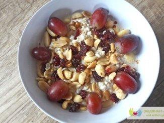 Porridge mit Weintrauben und Nüssen