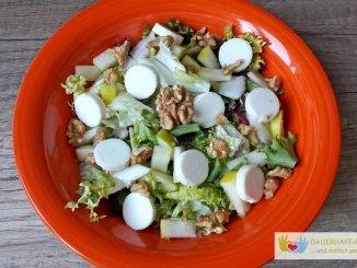 Salat mit Ziegenkäse, Birne und Walnüssen
