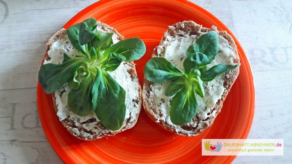 Vollkornbrötchen mit Frischkäse und Feldsalat