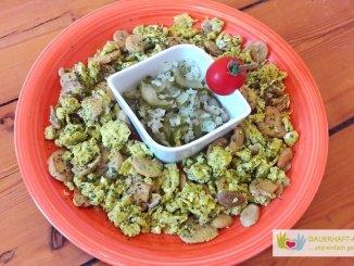 Rührei und Gurkensalat