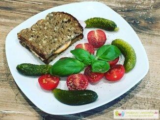 Eiweißbrot mit Tomaten und Gewürzgurken