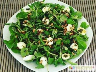 Feldsalat mit Rucola, Pinienkernen und Mozzarella