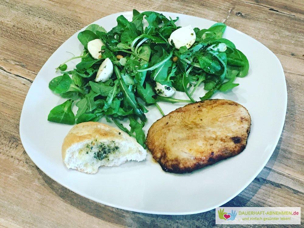 Grillen - Hühnchen, Salat und Baguettebrot