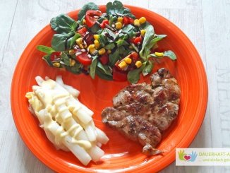 Grillfleisch mit Spargel und Salat