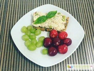 Körnerbrot mit Geflügelsalat und Weintrauben und Kirschen