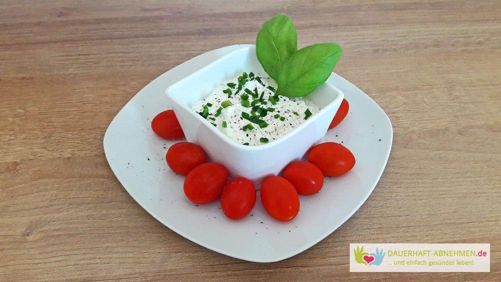 Kräuterquark und Tomaten