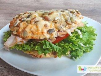 Kürbiskern-Käsebrötchen mit Putenbrust