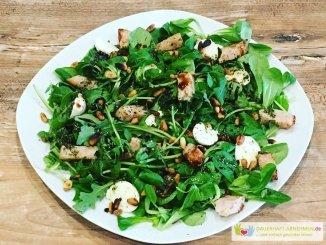 Feldsalat, Rucola mit Pinienkernen und Putenbrust