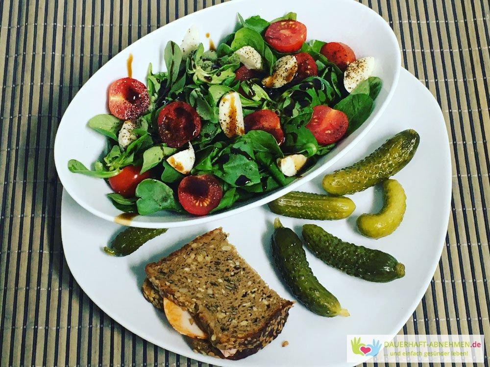 Salat mit Eiweißbrot und Gewürzgurken