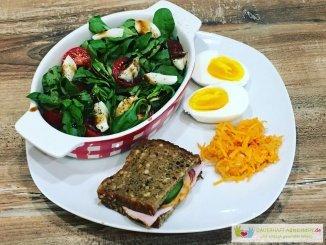 Salat, Eiweißbrot, Möhrensalat und Ei