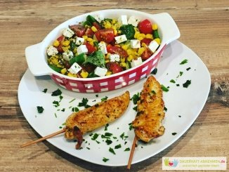 Salat mit Feta und Hühnchen-Spießen