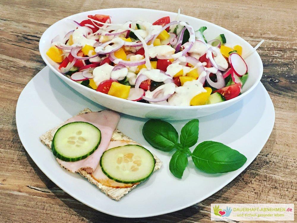Salat mit Knäckebrot und Aufschnitt