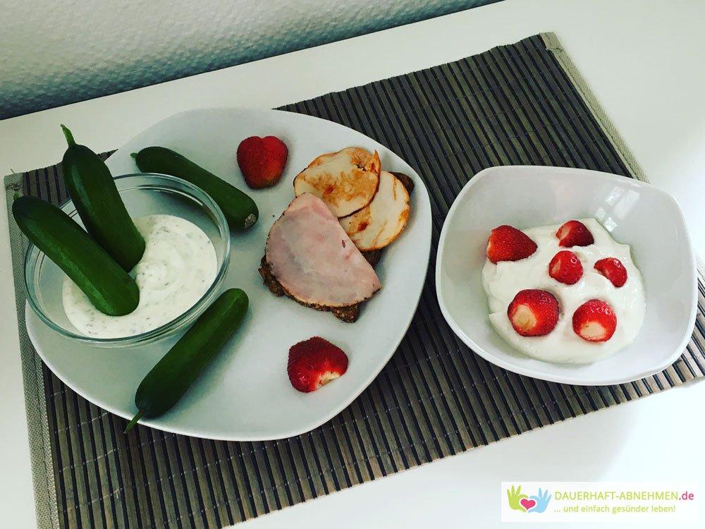 Snackgurken mit Quark, Eiweißbrot und Skyr mit Erdbeeren