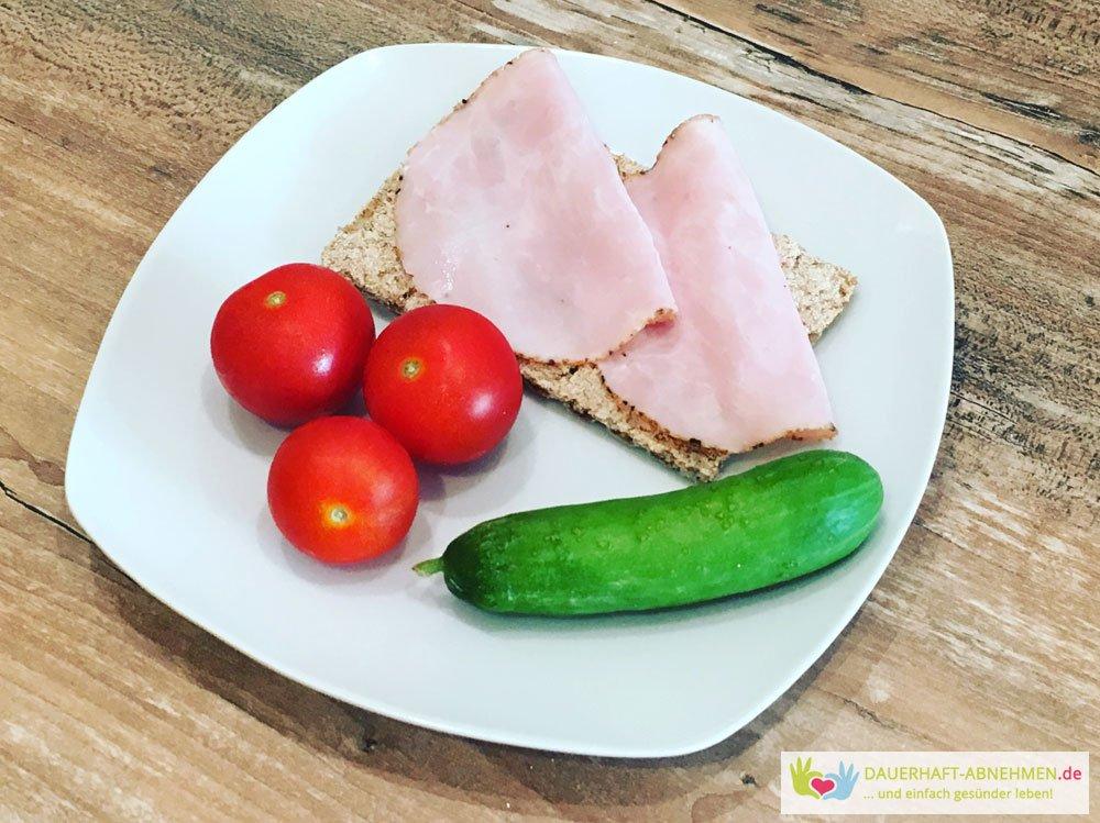 Knäckebrot mit Tomaten und Snackgurke