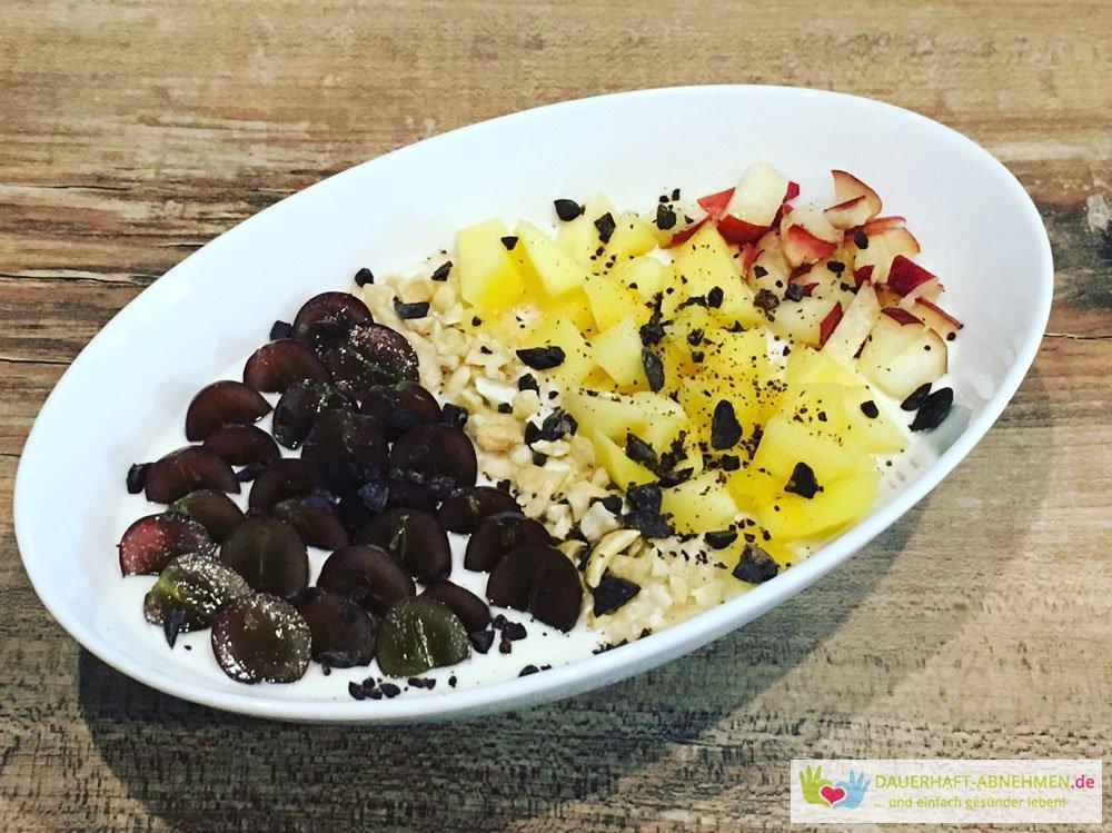 Quarkbowl mit Weintrauben, Mango, Platt-Pfirsich und Cashews