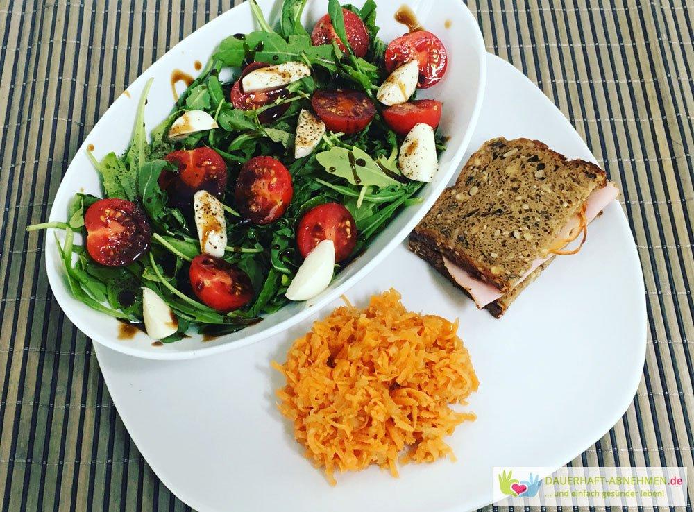 Salat mit Eiweißbrot und Möhrensalat